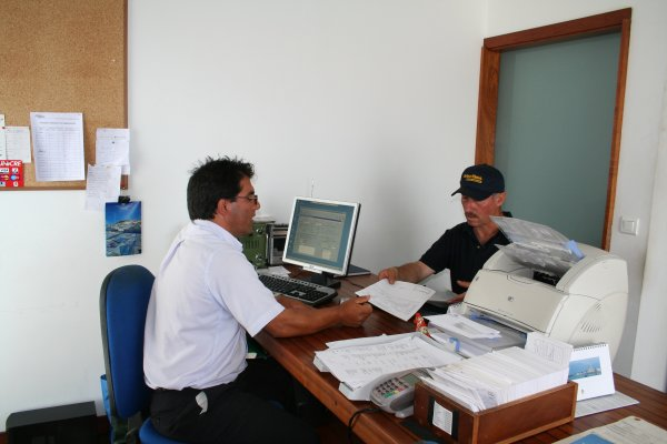 Marco Dutra instalando sistema digital Pactor III que permitirá o envio e recepção de email